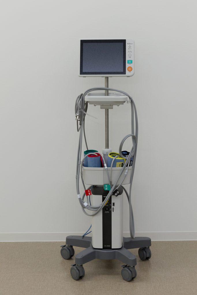 血圧を測るような感覚で血管年齢を測定。動脈硬化の早期発見ができる血圧脈波検査装置。