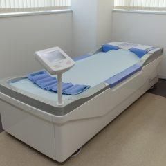 水圧による新感覚のマッサージで治療・リラクゼーションを行う、3Dウォーターマッサージベッド。