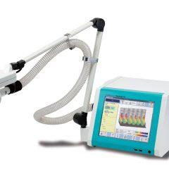 総合呼吸抵抗測定装置 モストグラフ ー 筒をくわえて普通の呼吸をすることで肺の中の空気の通りやすさを測定。咳の原因であるかぜと喘息の区別が可能です。